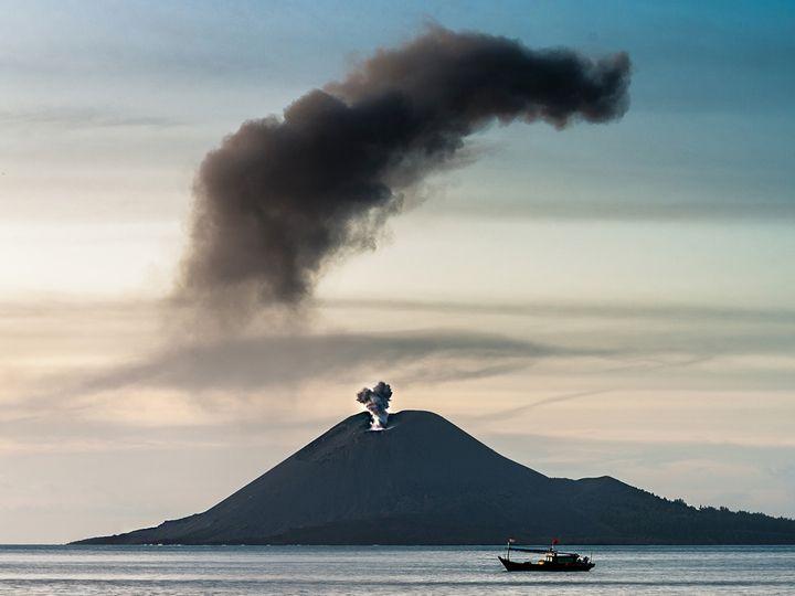 Ash cloud over Anak Krakatau (c) T. Schorr