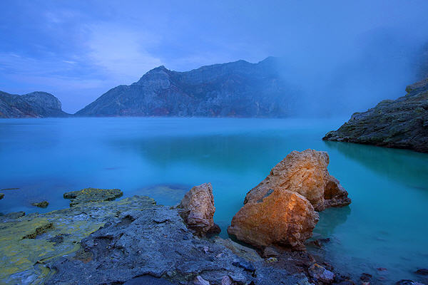 Ijen crater lake (photo: Roland Gerth)