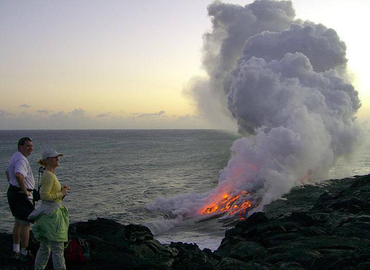 Lava fliegt ins Meer am Kilauea Vulkan beobachtet