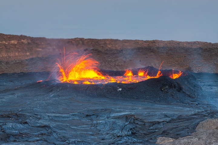 Erta Ale´s perched lava lake ready to overflow in late 2010 (Roland Gerth)