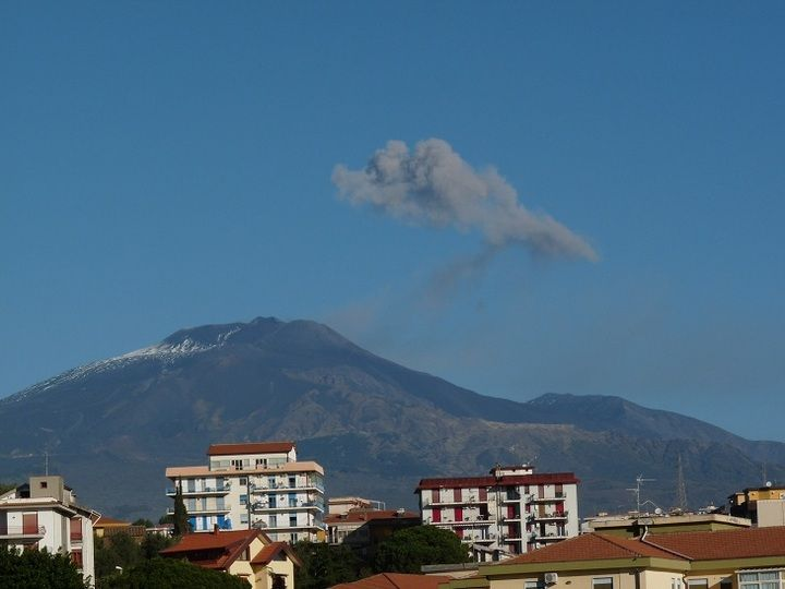 A small ash plume drifting away from Etna´s summit area seen from Catania