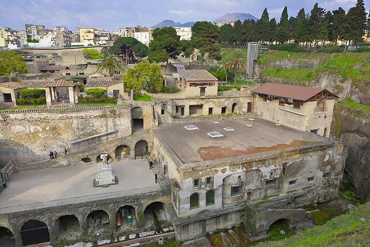Die Ruinen von Herculaneum mit dem Vesuv im Hintergrund