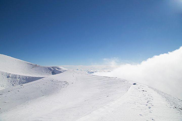 Snow on the rim of the 2002 cone. (photo: Emanuela Carone)