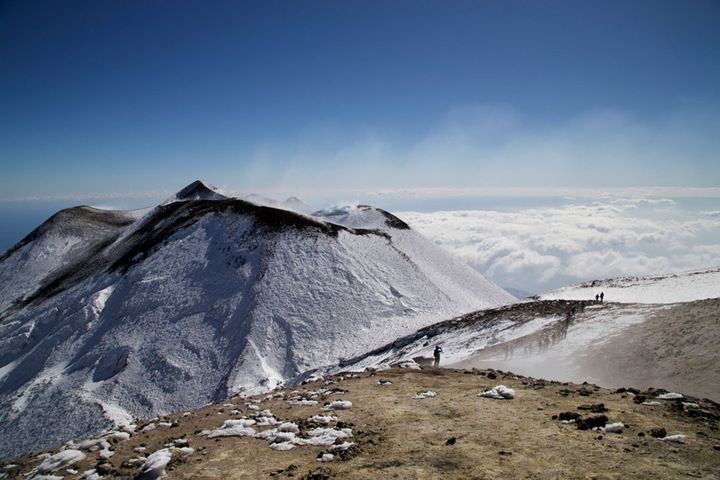 Walking on the rim of the summit craters ( photo: Emanuela Carone)