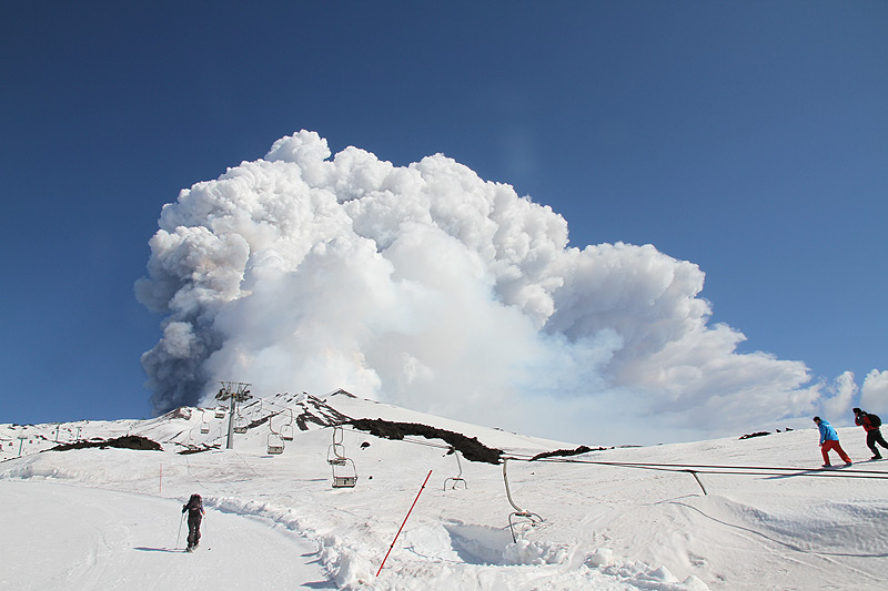 Hiking Snowshoes on Etna during a paroxysm (Photo: Daniele Andronico)