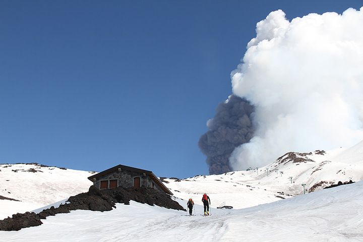 Skiing on Etna during a paroxysm (Photo: Daniele Andronico)