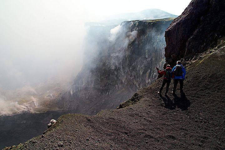 Rosario explaining the interior of Etna's Bocca Nuova Crater  (photo: Emanuela Carone/VolcanoDiscovery Italia)