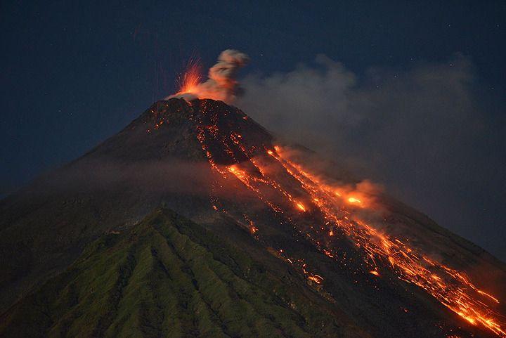 Karangetang in eruption (archive photo by Martin Rietze / mrietze.com)