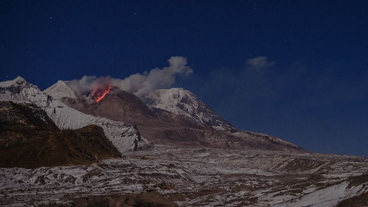 Shiveluch volcano with the active lava dome in moonlight (photo: Martin Rietze)