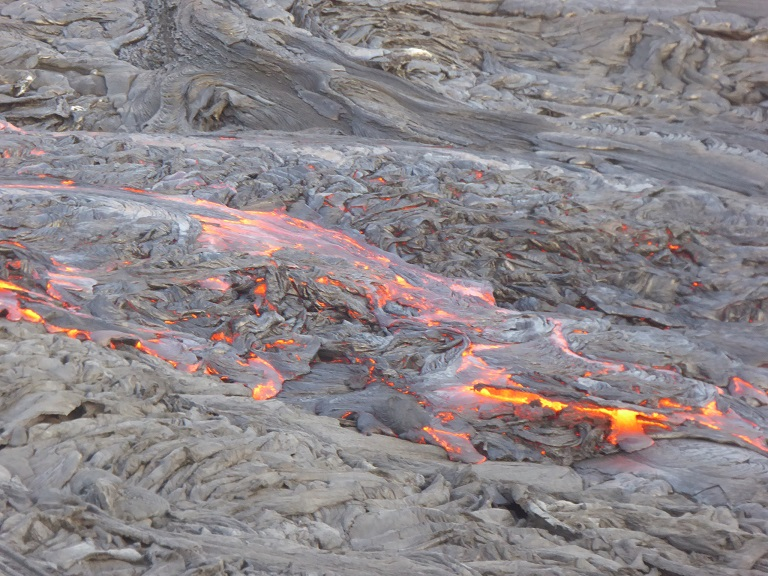 Closer view of the large volumes of fresh pahoehoe lava flows that cover the caldera floor and are still red hot and liquid beneath their thin crusts (Nov 2016; image: Hans en Jooske)