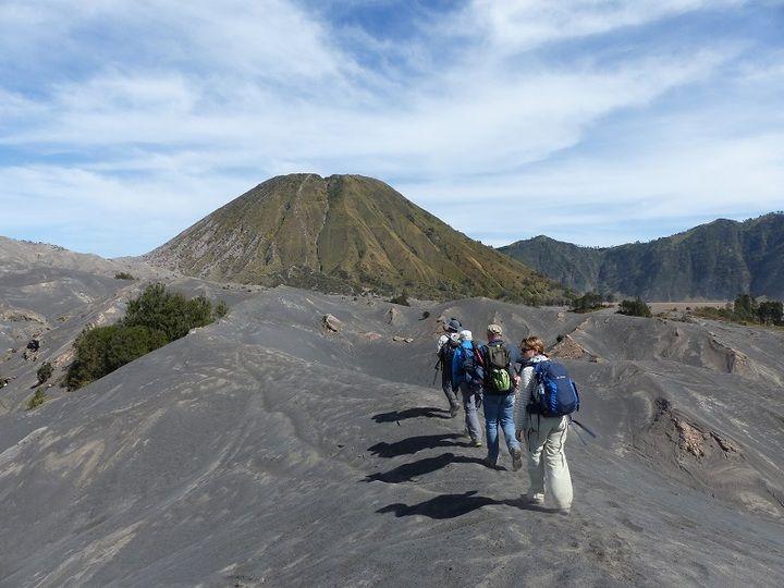 La plaine du plancher de la caldeira du Tengger avec le volcan Bromo en arrière plan.