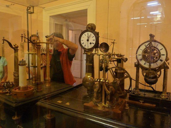 Alte Überwachungsausrüstung am historischen Vesuv-Vulkanobservatorium