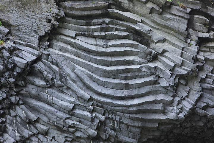 Basalt-Säulen in den Klippen der Alcantara-Schlucht in der Nähe des Ätna