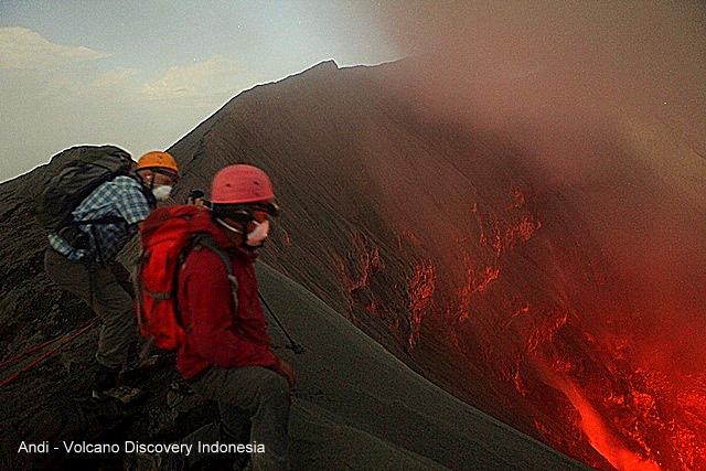 On the rim of Dukono volcano (photo: Andi / VolcanoDiscovery Indonesia)