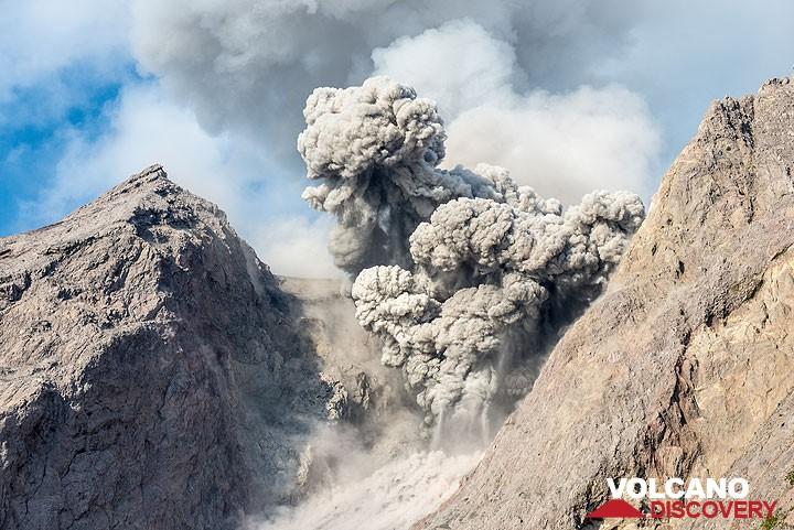 Eruption of Batu Tara volcano