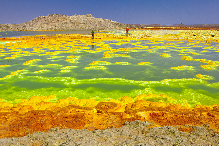 Exploring the green - orange - yellow pools, geysirs and mineral deposits at Dallol´s hydrothermal area (Tom Pfeiffer - December 2010)
