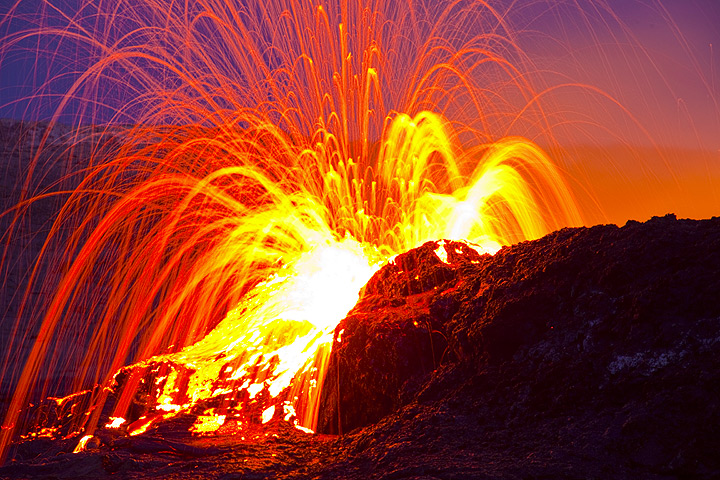 Strong spattering from the boiling lava lake that is about to overflow (Dec 2010; image: Tom Pfeiffer)
