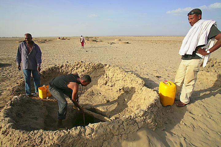 Wasser aus den Wüstenbrunnen