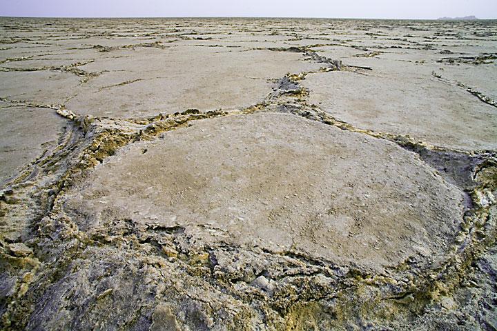 Risse auf der getrockneten Oberfläche des Salzsees