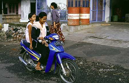 Mère et fille sur un scooter