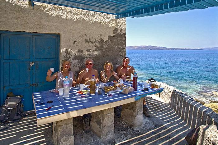 Mittagspause in einer kleinen Bucht an der Caldera