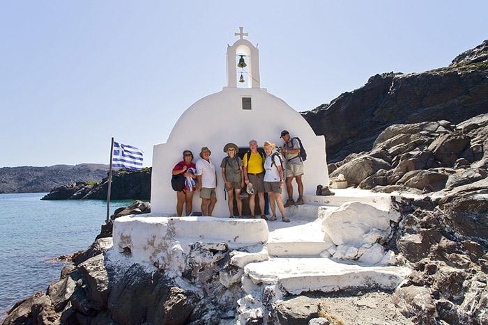 Gruppenfoto bei der Kapelle Ag. Nikolaos auf der Vulkaninsel Palea Kameni. (c) T. Schorr