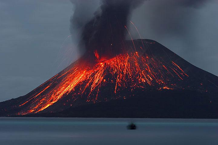 éruption de nuit sur l'Anak Krakatau
