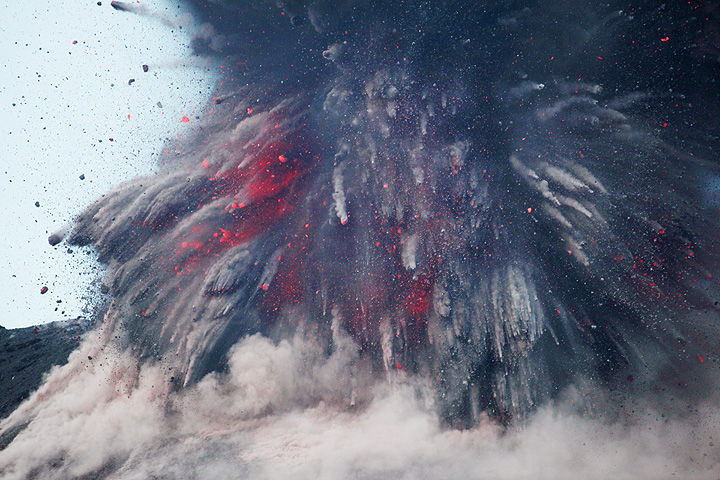 Powerful vulcanian explosion observed from Rakatau (July 2009)