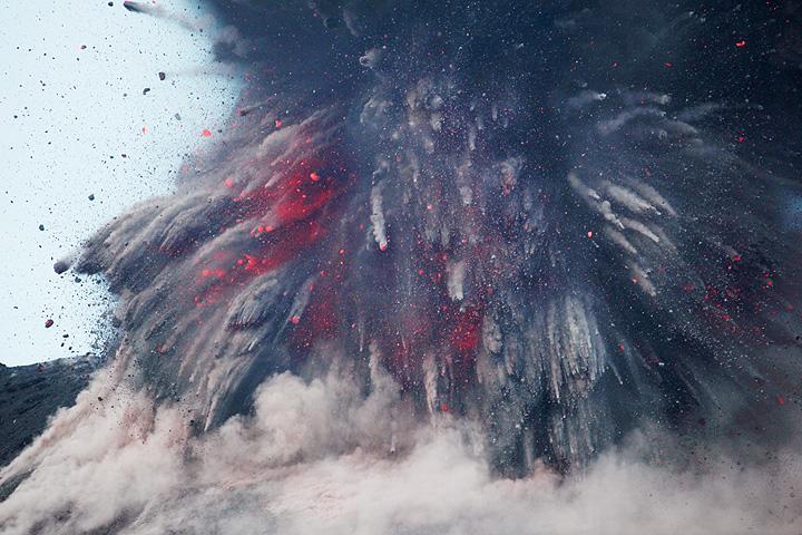 Powerful vulcanian explosion observed from Rakatau (July 2009)