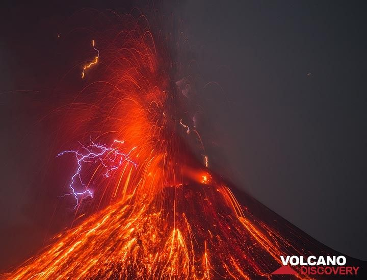 Eruption from Krakatau with lightning in Okt 2018