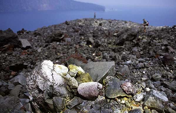 Gros blocs sur la lèvre du cratère du Krakatau
