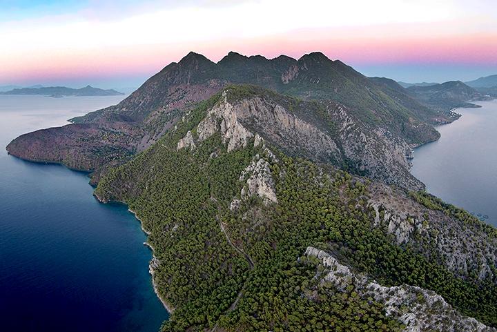 Malerische Luftaufnahme des Westkaps von Methana. Gut zu sehen ist das vulkanische Bergland.