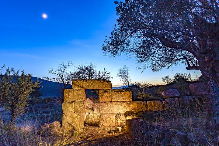 Der antike Turm auf der Throni-Hochebene. Er wurde 1912 vom deutschen Archäologen Michael DEFFNER ausgegraben.