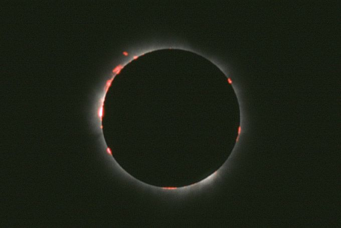 Red chronosphere during a solar eclipse (photo: Marco Fulle)