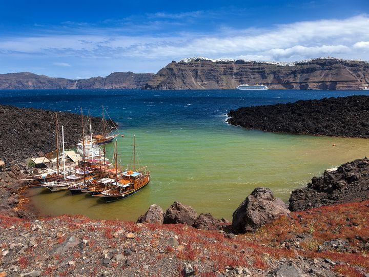 The Erínia bay on Néa Kaméni island