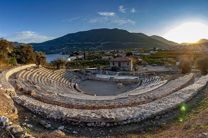 Das kleine, antike Theater von Epidaurus. Wie sein größerer Bruder ist es besuchenswert!