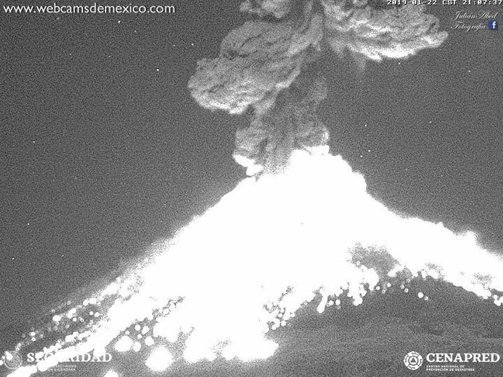This is what we hope to see with some luck...: a very strong vulcanian explosion. Example from 22 Jan 2019 evening (image: Webcams de Mexico / CENAPRED webcam)