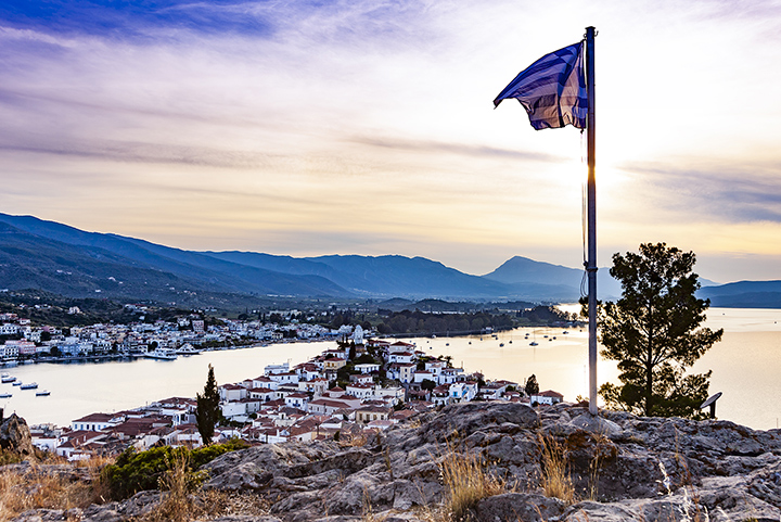 Auch die pittoreske Nachbarinsel Poros ist einen Besuch wert. Dort sind im Museum auch die wichtigsten, archäologischen Funde der Region zu bestaunen.