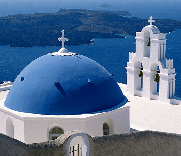 Kirche in Fira mit der Caldera und Nea Kameni Vulkan im Hintergrund