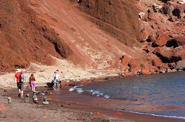 Das Innere eines alten Schlackenkegels am roten Strand von Akrotiri.