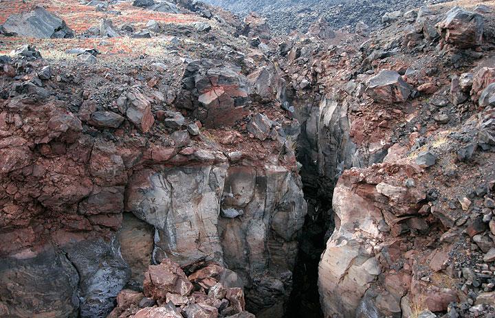 Spalte am Mikri Kameni Lavadom aus dem Jahr 1570. Nea Kameni Vulkaninsel