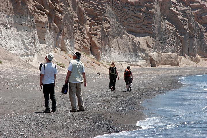 Zu Fuß entlang der Bimsfelsen von Vlychada
