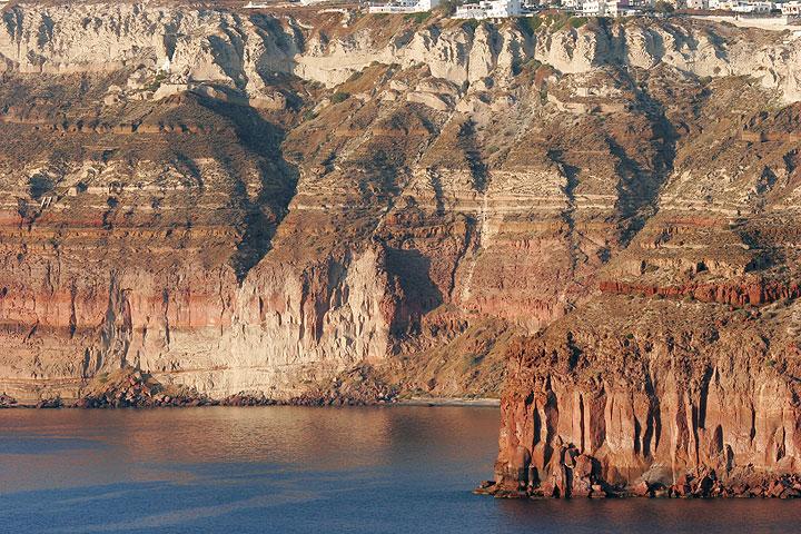 Bunte, vulkanische Tuff-Schichten in der Caldera.