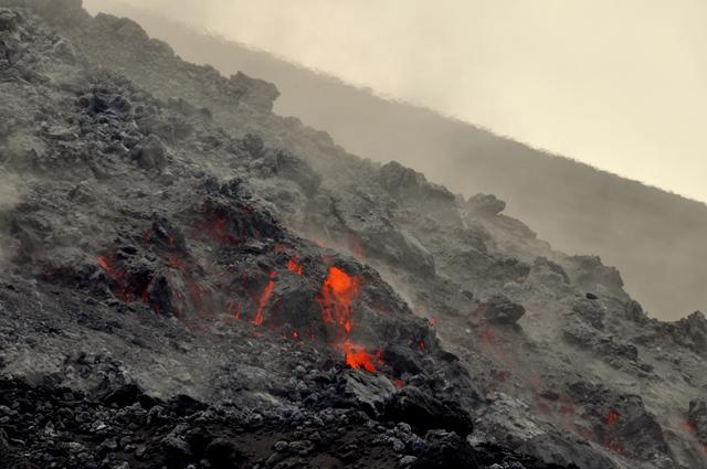 Lava flow from Soputan (photo: Andi / VolcanoDiscovery Indonesia)