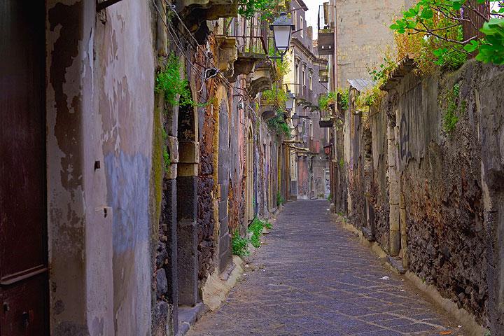 One of Catania´s narrow Sicilian streets