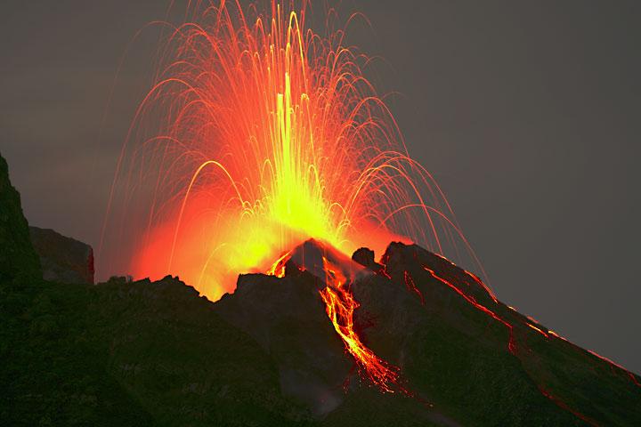 Eruption du Stromboli photographiée depuis le point d'observation à 400 m