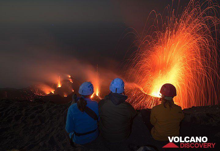 Beobachtung der Stromboli-Explosionen vom Gipfel des Vulkans