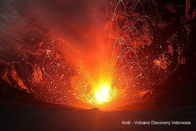 Strombolian activity at Dukono (photo: Andi / VolcanoDiscovery Indonesia)