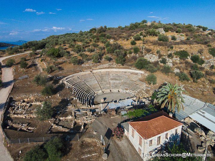 Luftbild des kleineren Theaters von Palia Epidaurus (c) T. Schorr