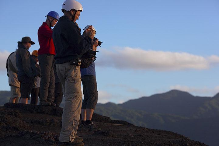 Groupe sur la lèvre du cratère du Yasur